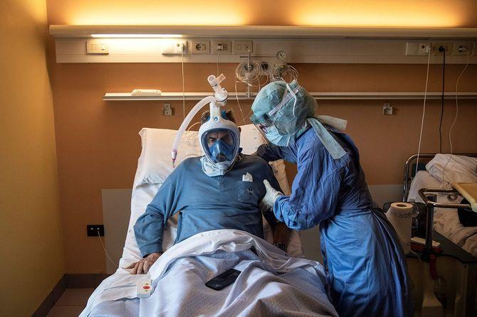 2020年4月7日、イタリア・トリノの病院で、デカトロン社の「シュノーケリング・フェイスマスク」を使用する新型コロナウイルス患者の様子。