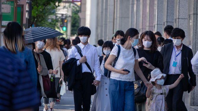 2020年6月10日、マスクを着用して通りを歩く人々(池袋)