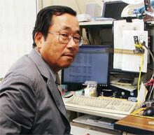 <strong><53歳で助教授就任>嘉義幸司</strong><br>1946年、北海道生まれ。北海道大学教育学部卒業後、日本オリベッティに入社し、SE、マーケティング業務に従事。その後、TKCの商品企画、広報、システム開発部門の長などを経て、97年に独立。経営情報システムコンサルタント会社を設立する。2000年、富士常葉大学流通経済学部(総合経営学部の前身)助教授に就任し、05年教授に。
