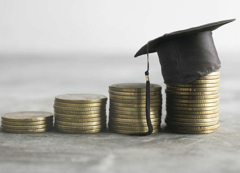 奨学金と教育ローン、借りるならどっち? 借主は学生本人か、それとも親か