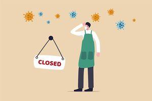 コロナウイルスCOVID-19雇用の問題で閉鎖する起業家や中小企業の店への社会的な混乱の影響、クローズドサインとCOVID-19ウイルス病原体を持つ悲しい男のビジネスショップの所有者。