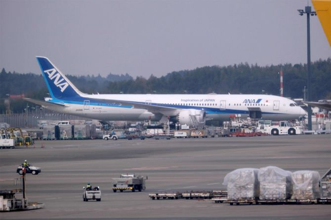 新型コロナウイルスワクチンの第1便が、ANAの貨物機で成田空港に到着=2021年2月12日