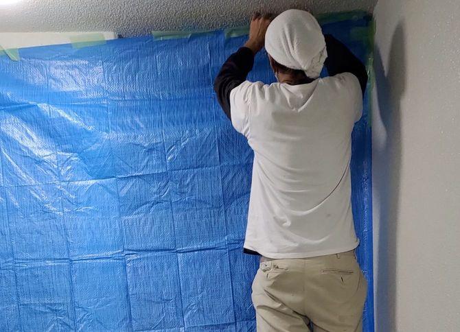 ブルーシートで玄関のドア全体が覆われていた該当の部屋