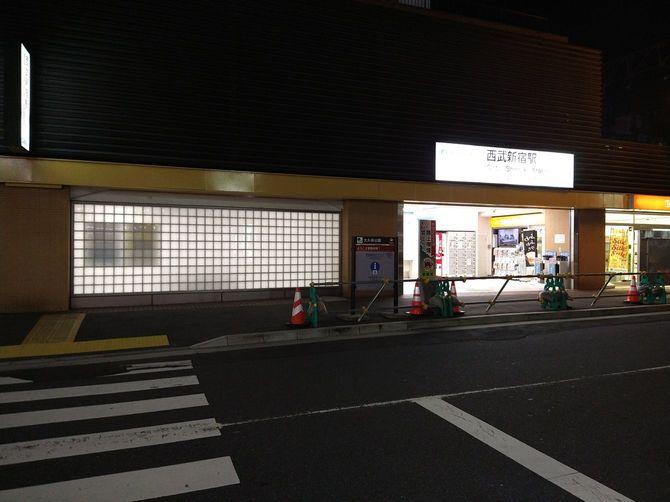 声掛けのあった西武新宿駅沿い、人はほとんどいない