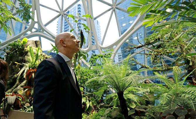 米ワシントン州シアトルにあるアマゾン本社の、植物園のようなオフィス「スフィア」棟を歩くジェフ・ベゾス(2018年1月)