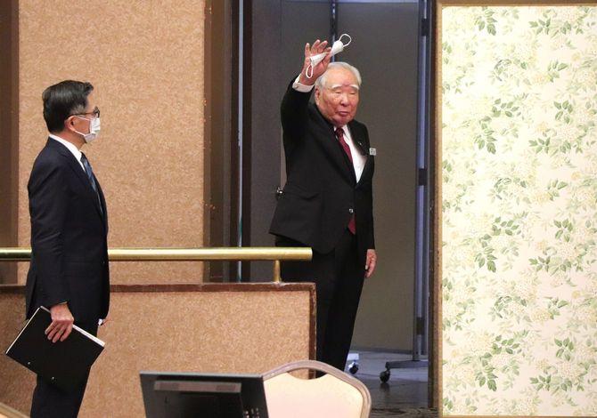 スズキの株主総会で会長退任のあいさつを終え、会場を後にする鈴木修氏(右)。左は鈴木俊宏社長=2021年6月25日、浜松市[同社提供]