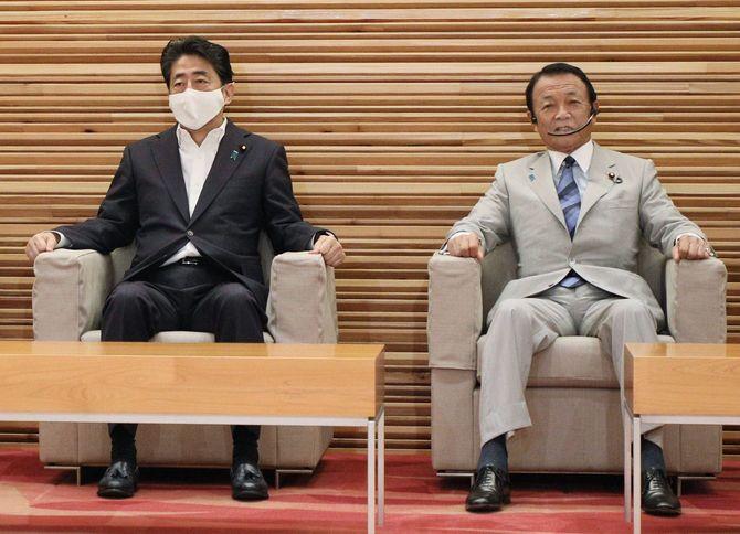 閣議に臨む安倍晋三首相(左)と麻生太郎副総理兼財務相=2020年8月4日、首相官邸