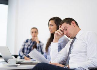 会議中バレずにこっそり寝るテクニック