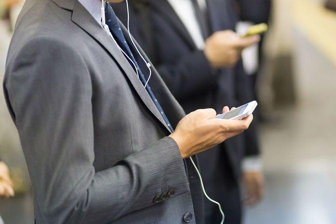 ビジネスマンが携帯電話を使用