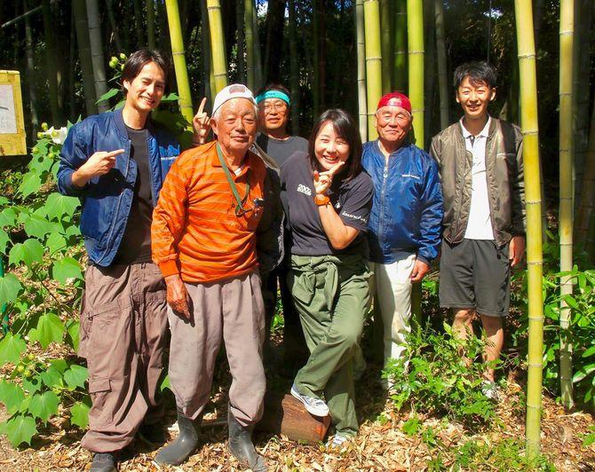 田澤恵津子さん(中央)、エシカルバンブーのスタッフと職人さんたち