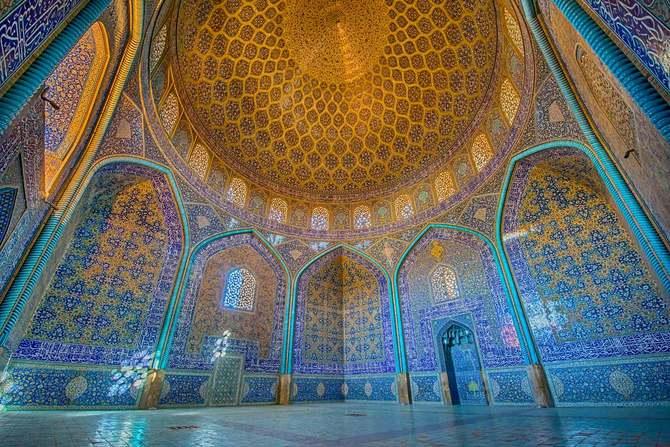 有名なシェイク・ロットフォラ・モスク内のタイルを使ったモザイク装飾
