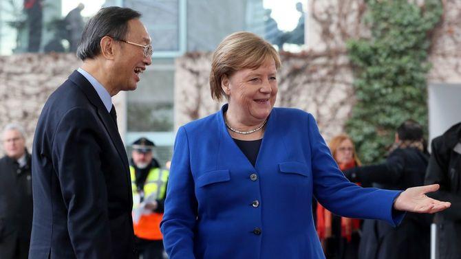 2020年1月19日、ベルリンで開かれたリビア和平会議にて、ドイツのアンゲラ・メルケル首相(右)が中国外相・楊潔篪(よう・けつち)を歓迎。ドイツ政府としては、4月に内戦の激化したリビアにおける国連主導の平和活動に貢献したい。