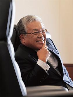 <strong>古賀信行</strong>●こが・のぶゆき<br>1950年、福岡県生まれ。74年、東京大学法学部卒業、野村證券入社。91年総合企画室長、93年人事部長、95年取締役、99年常務、2000年副社長。01年、持ち株会社体制に移行し、野村ホールディングスが発足。03年野村ホールディングス社長兼CEO、野村證券社長。08年より現職。