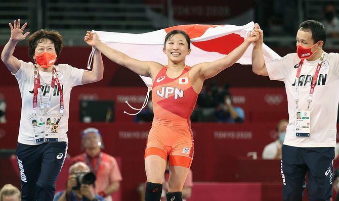 レスリング女子50キロ級決勝、優勝して日の丸を掲げる須崎優衣(中央)ら