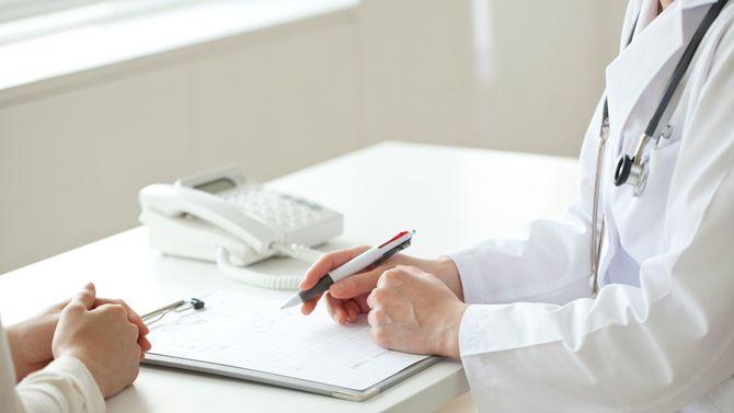 検査結果を患者に説明する医師