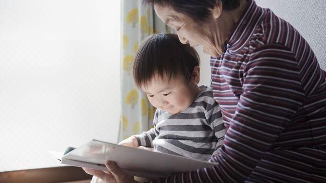 孫と一緒に絵本を読む祖母