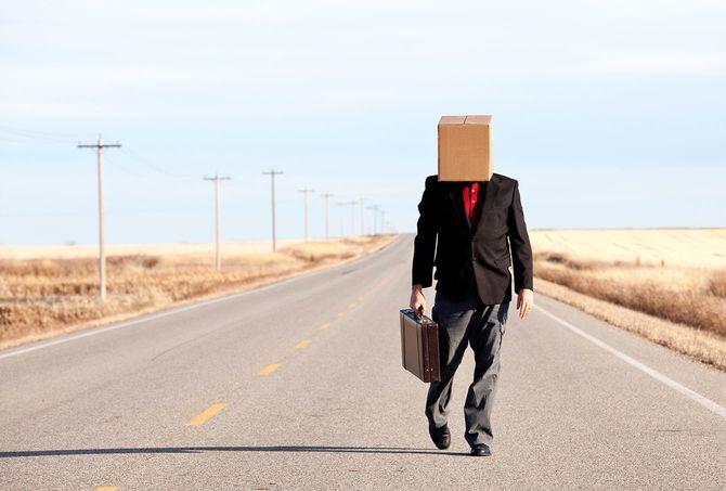 悲しげなビジネスマンにボックスに頭を歩いて Highway