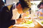 クラヤミ食堂のメソッドを企業向けにアレンジし、部署や肩書を超えた社員交流にするサービスも。