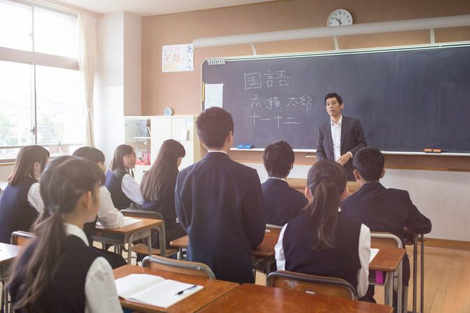 先生に差されて立つ男子学生