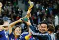 ワールドカップの優勝トロフィーを高々と掲げる佐々木監督と澤選手(ロイター/AFLO=写真)。