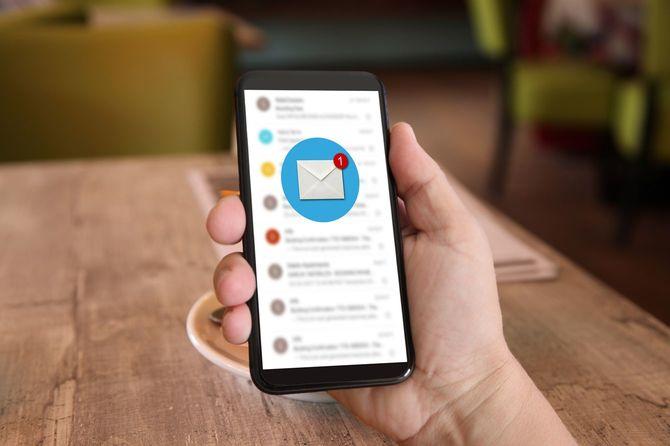 新しいメール メッセージのオンライン通信携帯電話