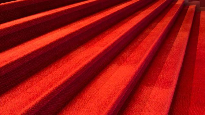 赤い絨毯が敷かれた階段