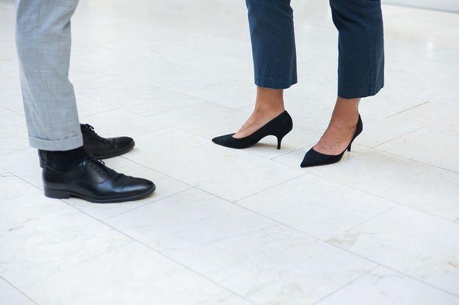 オフィスのズボンと靴を履いた2人のビジネスマン