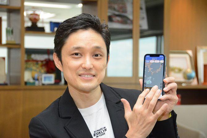 アプリを実際に操作する石橋氏