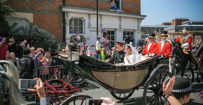 サセックス公爵のハリー王子とサセックス公爵夫人のメーガンは、セント・ジョージズ・チャペルで結婚式を挙げた後、行列の途中でアスコット・ランドーの馬車でウィンザー城を出発