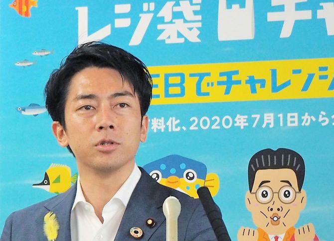 閣議後に記者会見する小泉進次郎環境相=2020年7月3日、環境省