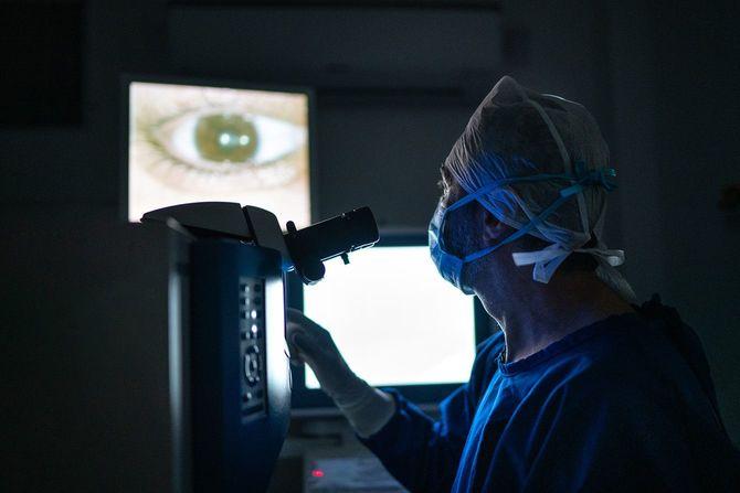 目を診る医師
