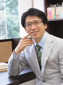 """<strong>齋藤 孝</strong>●さいとう・たかし1960年生まれ。東京大学法学部卒、同大学大学院教育学研究科博士課程修了。明治大学文学部教授。この2月、セキスイインテリアと共同で""""没頭できるデスク""""を開発した。"""