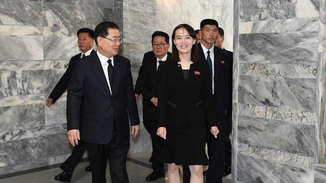 2019年6月12日、板門店で、韓国大統領府の鄭義溶国家安保室長(前列左)と話す北朝鮮の金与正朝鮮労働党第1副部長(同右)[韓国統一省提供]