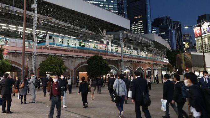 帰途に就く通勤客ら=2020年10月21日午後、東京都港区