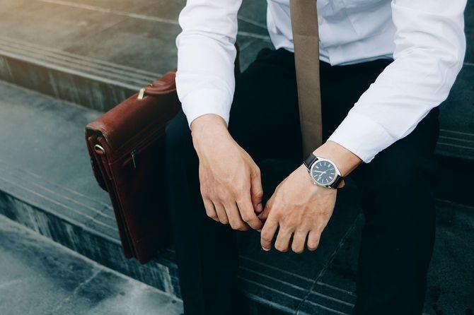 建物の前に座っているビジネスマン