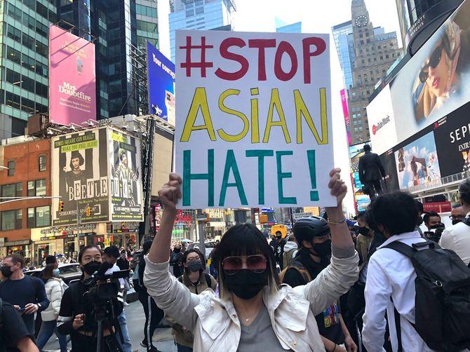 ニューヨークのタイムズスクエア前で行われたアジア系差別に対する抗議デモ=2021年3月●日
