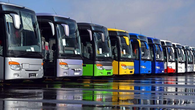 カラフルな観光バスが一列に並ぶ