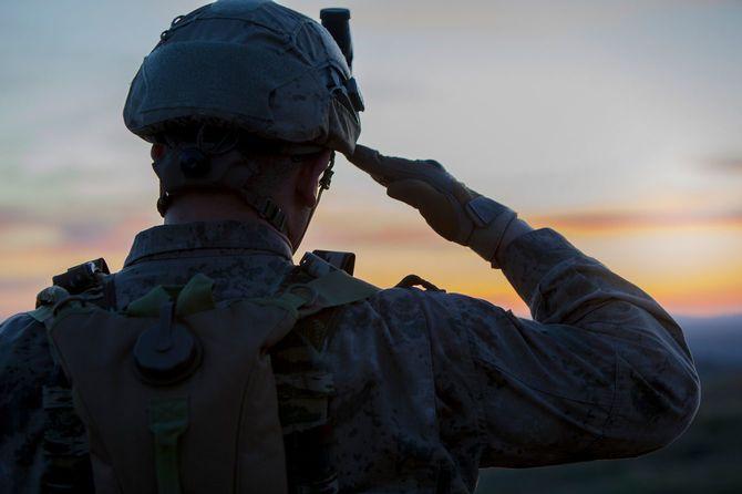 日没時に敬礼する兵士