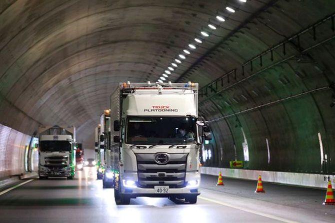 トンネル内を、自動運転技術を使って隊列走行