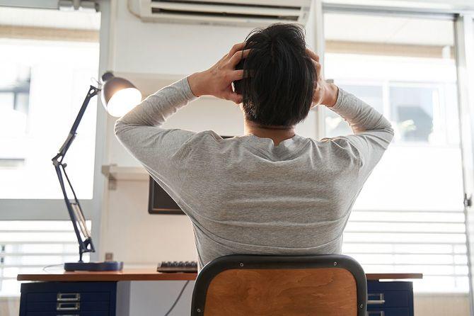 自宅で仕事をする日本人男性
