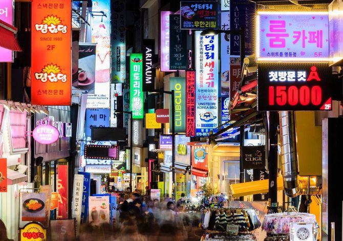 2019年4月の明洞商業地区の通りの夜景