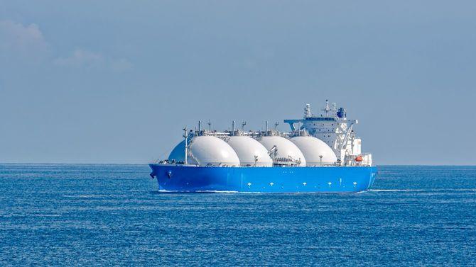 シンガポール海峡を通過するLNGタンカー