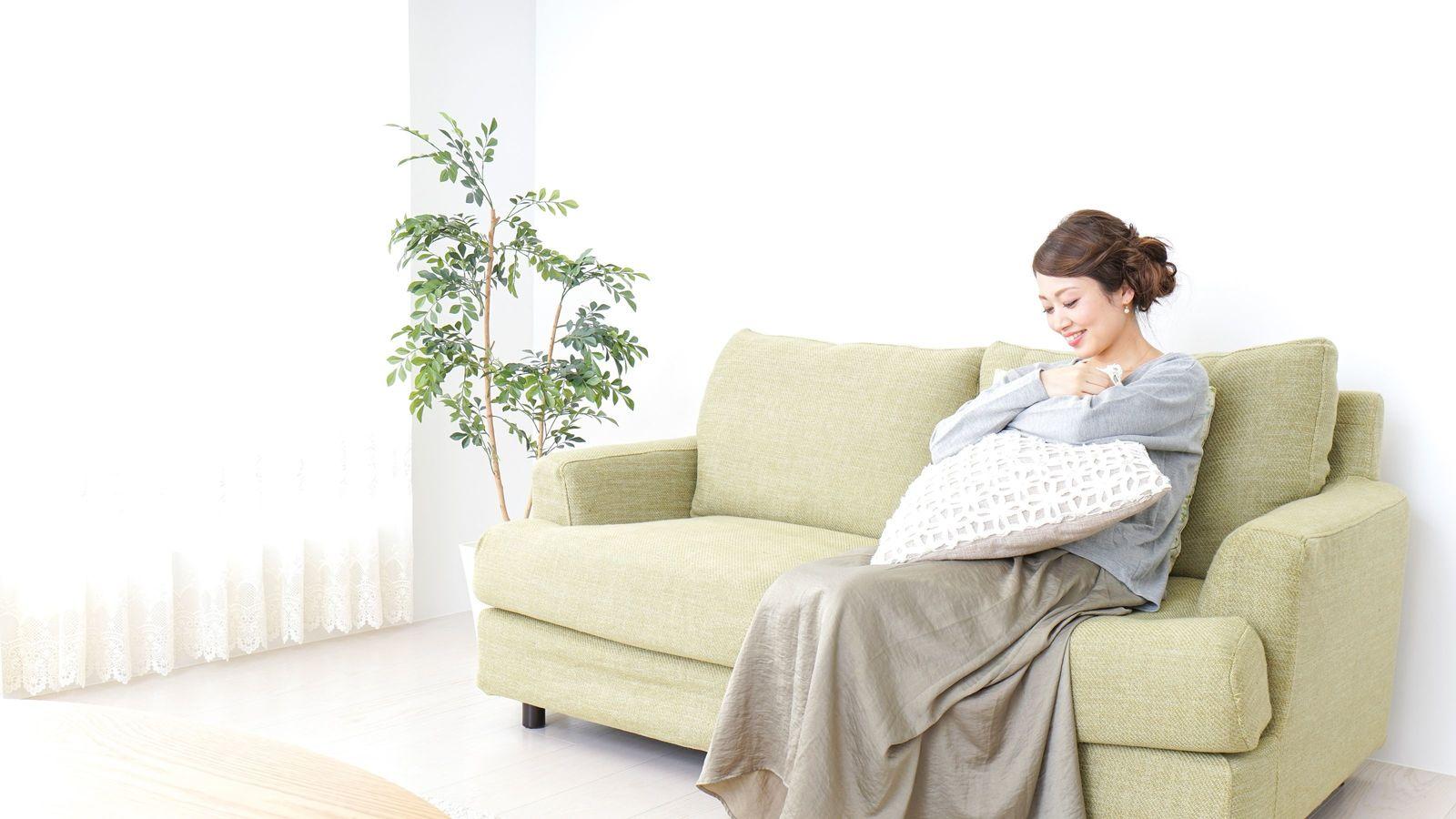 自宅でフカフカのソファが腰痛を促進するワケ 畳での生活もリラックスとは程遠い