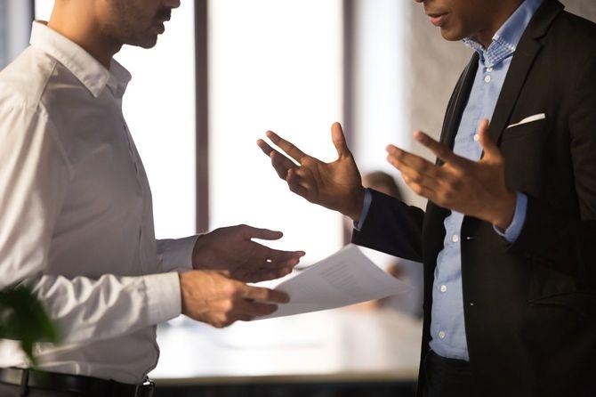 従業員の仕事に不満を持つエグゼクティブマネジャー