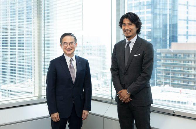 イーオン社長の三宅義和氏(左)と元サッカー日本代表の中澤佑二氏(右)