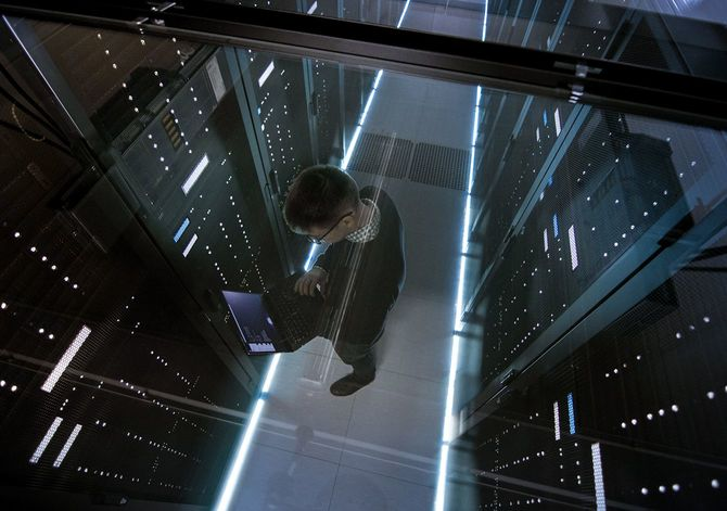 データ センターで働く IT エンジニア