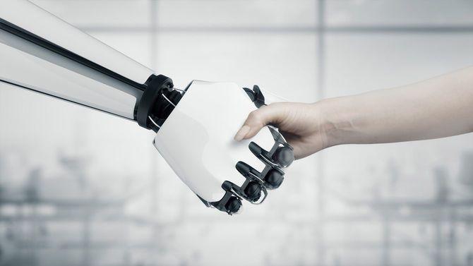 女性とロボットの握手