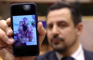 子どもたちと一緒に写った写真を見せるペリーナ氏