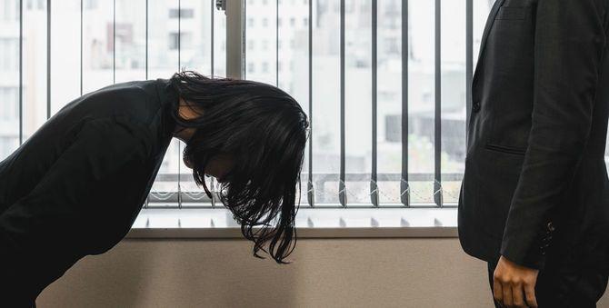 頭を深く下げる女性