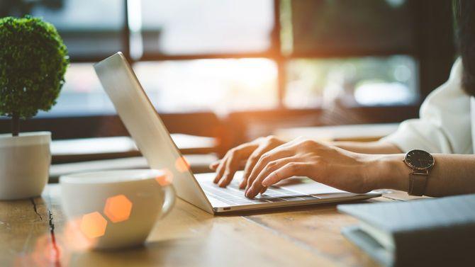ノートパソコンを使用する女性の手元